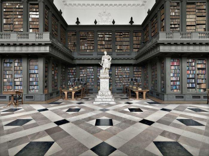 Построена на пожертвования Кристофера Кодрингтона в 1751 г., в ее фонде хранится около 200 тысяч книг по юриспруденции, истории, военному делу.