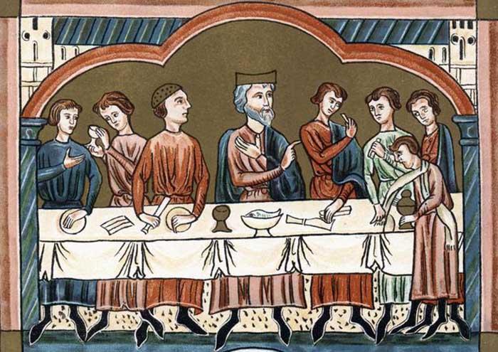 Первыми в Европе стали использовать салфетки те нации, где у мужчин было принято носить усы и бороды. В Англии они не были столь распространены.